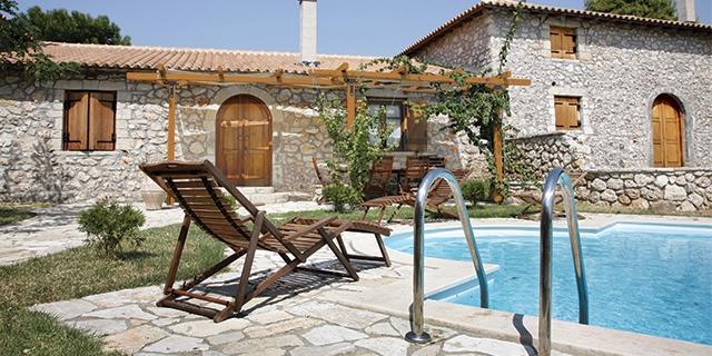 Maison et murs en pierres, transat en bois, abords piscine